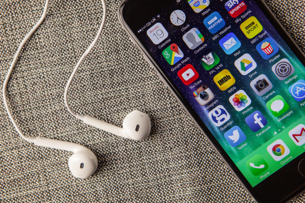 8 Best iPhone Earphones (As Recommended By Experts)